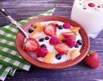 Kwark, aardbeien, natuurlijke ontbijtbosbessen op een houten achtergrond stock fotografie