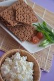 Kwark en kernachtig brood voor dieet stock foto's