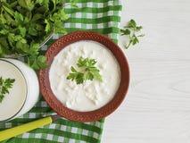 Kwark, heerlijke zure organische eigengemaakte de peterselie rustieke greens van het yoghurt verse product op een witte houten ac royalty-vrije stock afbeelding