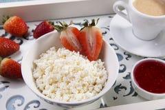 Kwark korrelige kruimelig met stukken van aardbeienjam en koffieontbijt royalty-vrije stock foto's