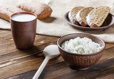 Kwark, melk, brood, ontbijt Stock Afbeelding