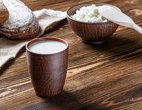Kwark, melk, brood, ontbijt Stock Afbeeldingen