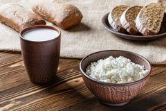 Kwark, melk, brood, ontbijt Royalty-vrije Stock Afbeeldingen