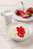 Kwark met verse aardbeien en roomkruik Royalty-vrije Stock Afbeeldingen