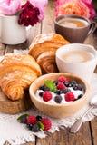 Kwark met verse bessen, kop van koffie en croissants royalty-vrije stock afbeeldingen