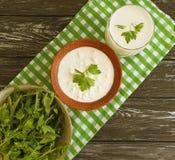Kwark, van de het dieet organische eigengemaakte peterselie van het yoghurt verse landbouwbedrijf rustieke greens op een witte ho royalty-vrije stock afbeeldingen