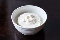 Kwark in witte ceramische kom behandelde zure room op D royalty-vrije stock afbeeldingen