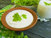 Kwark, zure organische eigengemaakte de peterselie rustieke greens van het yoghurt verse landbouwbedrijf op een witte houten acht royalty-vrije stock afbeelding