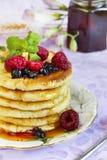 Kwarkfritters met honing en bessen Royalty-vrije Stock Foto