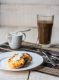 Kwarkpannekoeken met zure room en koffie, ontbijt Stock Foto's