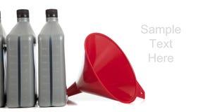 Kwart gallons motorolie met een rode trechter op wit royalty-vrije stock afbeelding