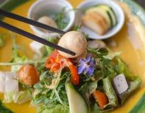 Kwartelsei, groene groentensalade en eetstokjes royalty-vrije stock afbeelding