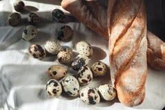Kwartelseieren op een plaat en een brood Royalty-vrije Stock Foto's