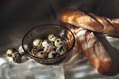 Kwartelseieren op een plaat en een brood Royalty-vrije Stock Fotografie