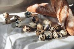 Kwartelseieren op een plaat en een brood Royalty-vrije Stock Afbeelding