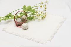 Kwartelseieren in rode metaalmand en verse bloemen, madeliefjes, licht rustiek servet Concept voor Pasen, de organische lente, Stock Afbeeldingen