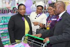 KwaZulu Natal Premier avec les femmes supérieures MECs et sa première dame achetant les protections sanitaires pour aider à maint Photographie stock