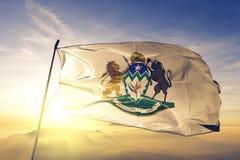 Kwazulu Natal Provinz des Südafrika-Flaggentextilstoffgewebes, das auf den Spitzensonnenaufgangnebelnebel wellenartig bewegt lizenzfreie abbildung