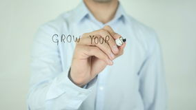 Kweek Uw Kleine Onderneming, Schrijvend op het Transparante Scherm stock video