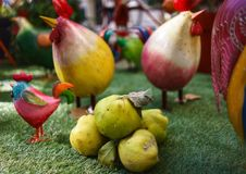 Kweepeer en kippen stock afbeelding