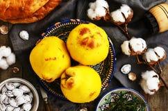 Kweeperen, vlak brood, zoute abrikozenkuilen en katoenen knoppen Stock Afbeeldingen