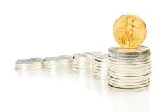 Kwekend grafiek die van zilveren muntstukken en een ons gouden adelaar wordt gemaakt Stock Foto's