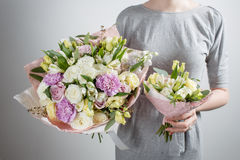 Kwiaciarni dziewczyna z bogatymi wiązka kwiatami Wiosna świeży bukiet Lata tło Młoda kobieta kwiat dla urodziny lub Zdjęcia Stock