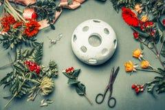 Kwiaciarni miejsce pracy z różnorodnymi jesień kwiatami, rośliną i opuszcza przygotowania, kwiat wazę i strzyżenia, na stołowym t Obrazy Royalty Free