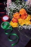 Kwiaciarnia komponuje bukiet ? obraz stock