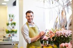 Kwiaciarnia mężczyzna z schowkiem przy kwiatu sklepem Zdjęcie Stock