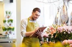 Kwiaciarnia mężczyzna z schowkiem przy kwiatu sklepem Obrazy Royalty Free