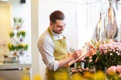 Kwiaciarnia mężczyzna z schowkiem przy kwiatu sklepem Zdjęcie Royalty Free