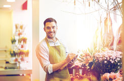 Kwiaciarnia mężczyzna z schowkiem przy kwiatu sklepem Zdjęcia Stock