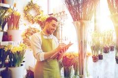 Kwiaciarnia mężczyzna z schowkiem przy kwiatu sklepem Zdjęcia Royalty Free