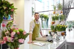 Kwiaciarnia mężczyzna z schowkiem przy kwiatu sklepu kontuarem Zdjęcia Stock