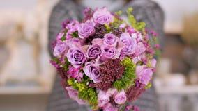 Kwiaciarnia pokazuje jej skończonego kwiatu bukiet zbiory wideo