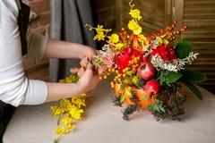 Kwiaciarnia przy pracą: Dlaczego robić dziękczynienia centerpiece z dużym bukietem kwiaty i banią Krok po kroku, tutorial zdjęcia royalty free