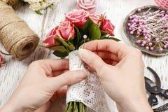 Kwiaciarnia przy pracą Kobieta robi bukietowi różowe róże Fotografia Royalty Free