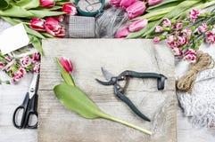 Kwiaciarnia przy pracą. Kobieta robi kwiecistym dekoracjom obrazy royalty free