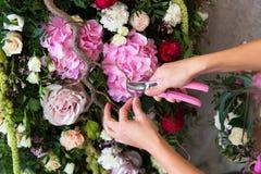 Kwiaciarnia przy pracą Kobieta robi wiośnie kwiecistym dekoracjom wedd obrazy stock