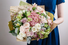 Kwiaciarnia przy pracą Robi hortensi bogactwa bukietowi Rocznika florystyczny tło, kolorowe róże, antykwarscy nożyce i arkana, zdjęcie royalty free