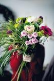 Kwiaciarnia trzyma pięknego bukiet Obraz Stock