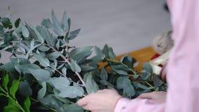 Kwiaciarnia wybiera gałąź dla ślubnego bukieta zdjęcie royalty free