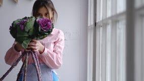 Kwiaciarnia wybiera kwiaty tworzyć ślubnego bukiet zdjęcie royalty free