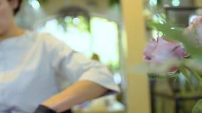 Kwiaciarnie pracują w kwiatu sklepie, kamera w ruchu zdjęcie wideo
