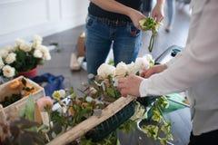 Kwiaciarnie robią kwiecistemu przygotowania Zdjęcia Royalty Free
