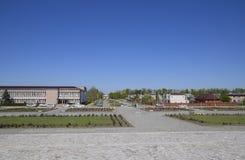 Kwiatów łóżka blisko domu kultura blisko głównego placu w Oktyabrsky ugodzie Zdjęcia Stock