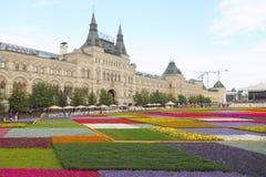 Kwiatów łóżka przeciw GUMOWEMU centrum handlowe budynkowi w Moskwa. Fotografia Royalty Free
