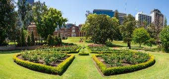 Kwiatów łóżka w kształtujących teren ogródach przy rzędu domem w Perth C Zdjęcie Stock