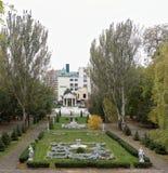 Kwiatów łóżka z rzeźbami w Gorky parku w jesieni Zdjęcie Stock